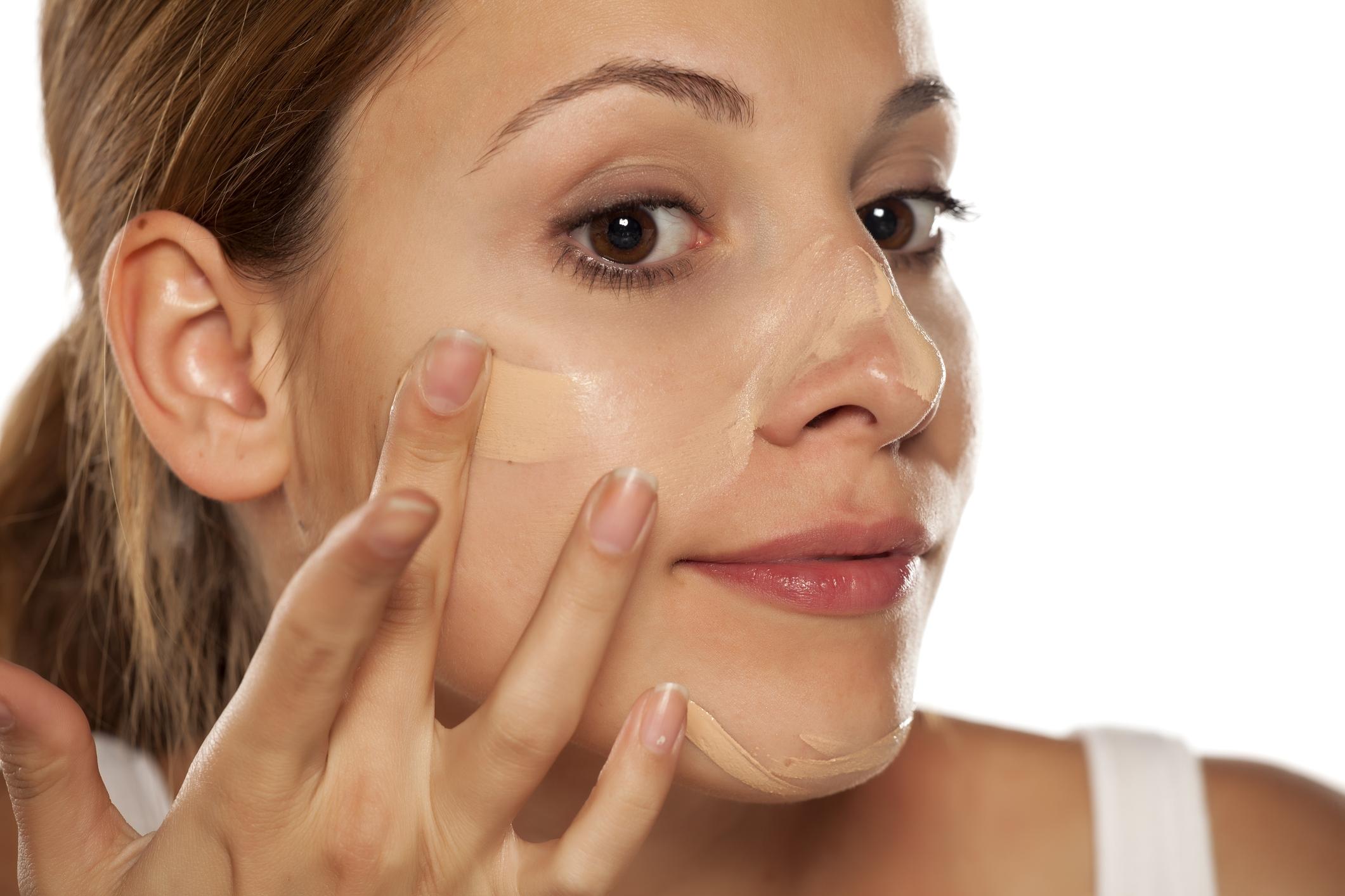 Пропускане на основата за грим: не го правете. Това е първият слой, с който защитавате лицето си през деня.