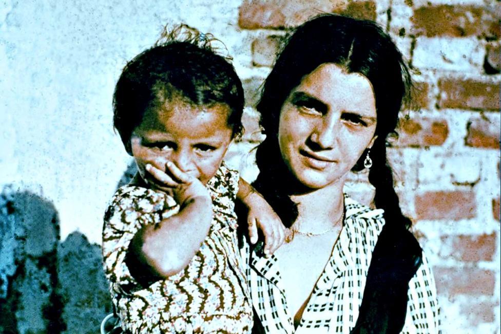 - В нацистка Германия десетки хиляди роми и синти са депортирани в концентрационни лагери, където са подложени на насилствен труд, медицински...