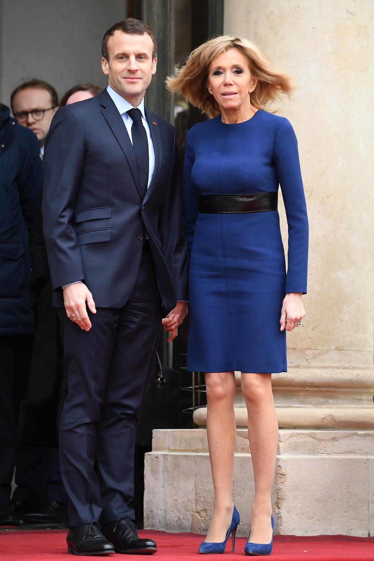 Брижит Макрон и президентът на Франция пред Елисейския дворец в очакване на пристигането на херцога и херцогинята на Люксембург.