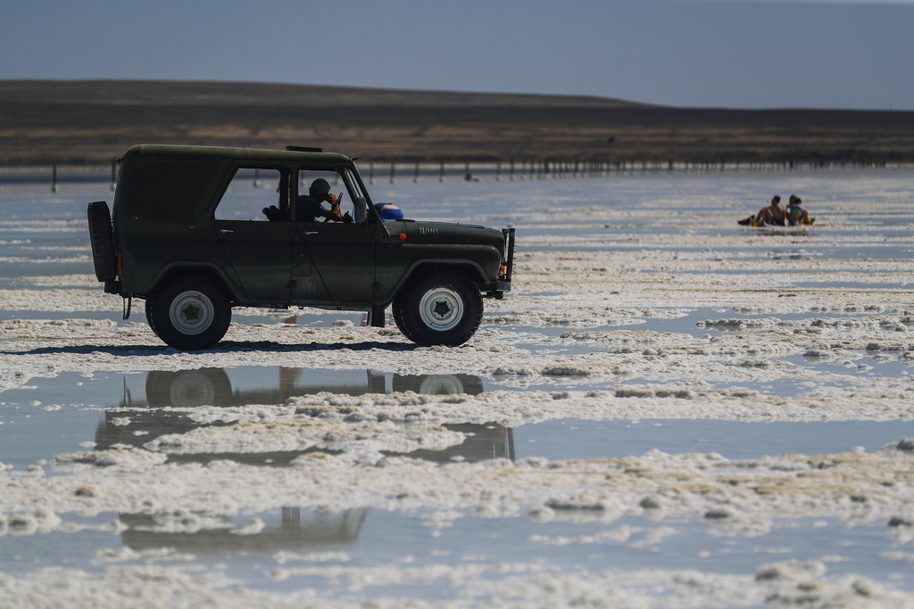 Не можете да карате до езерото с колата си - тази територия е обявена за резерват. Поради това местните жители печелят допълнителни пари, превозващи туристи в стари военни джипове.