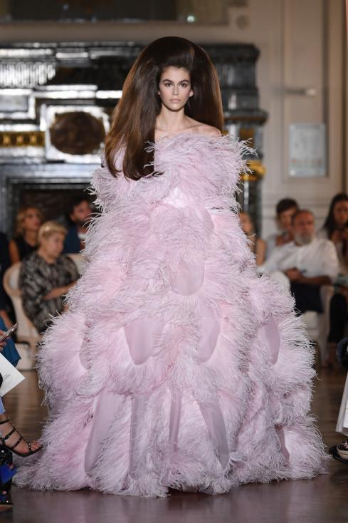 """- Прическите на моделите от ревюто на """"Валентино"""" наподобяват стила на актрисатаПрисила Пресли в деня на сватбата ѝ с Елвис. Стилистът на шоуто Джош..."""