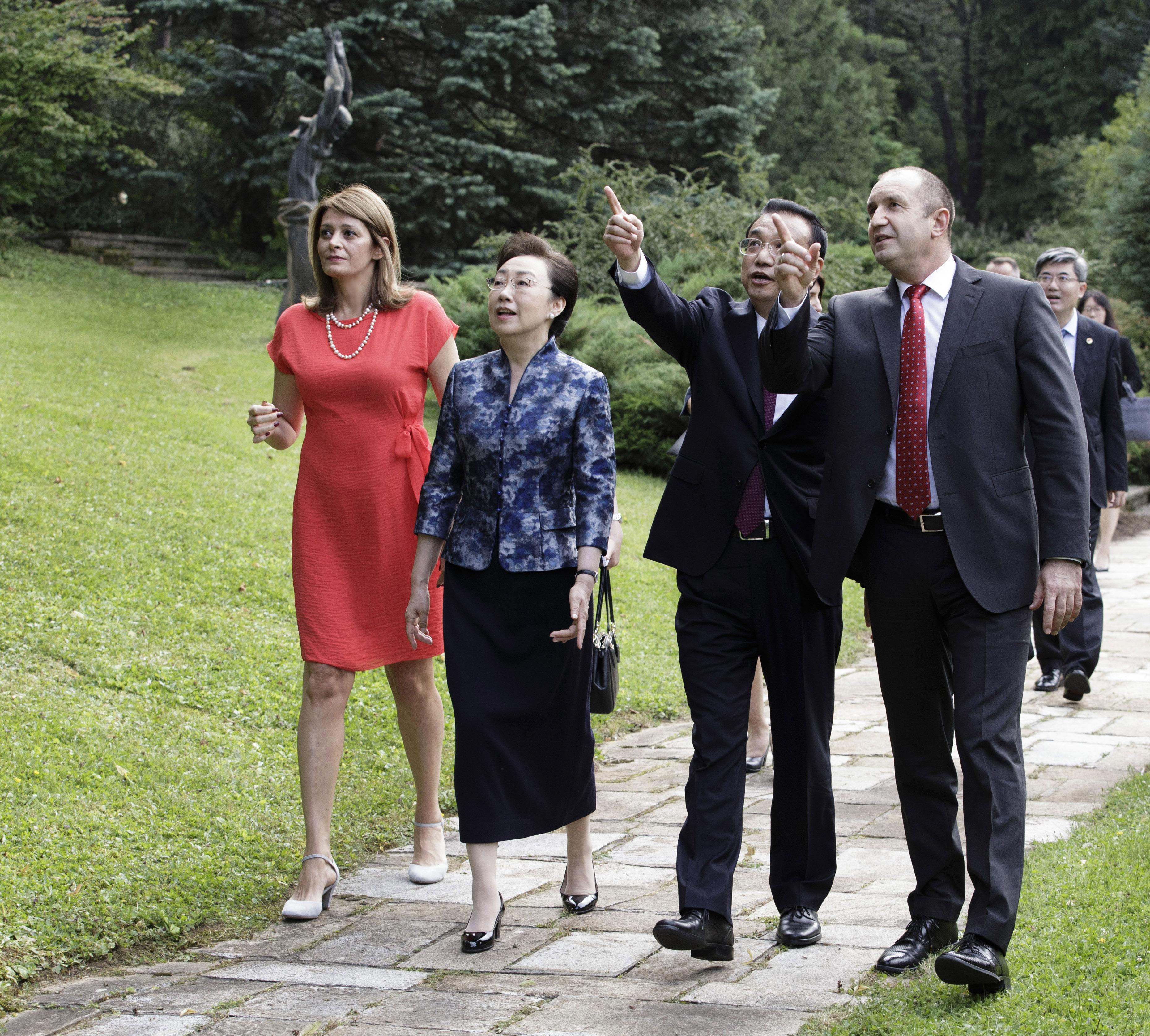 """Президентът Румен Радев и неговата съпруга Десислава Радева посрещнаха министър-председателя на Китай Ли Къцян и съпругата му Чън Хон във известната държавна вила """"Калина"""" в софийския квартал """"Бояна""""."""