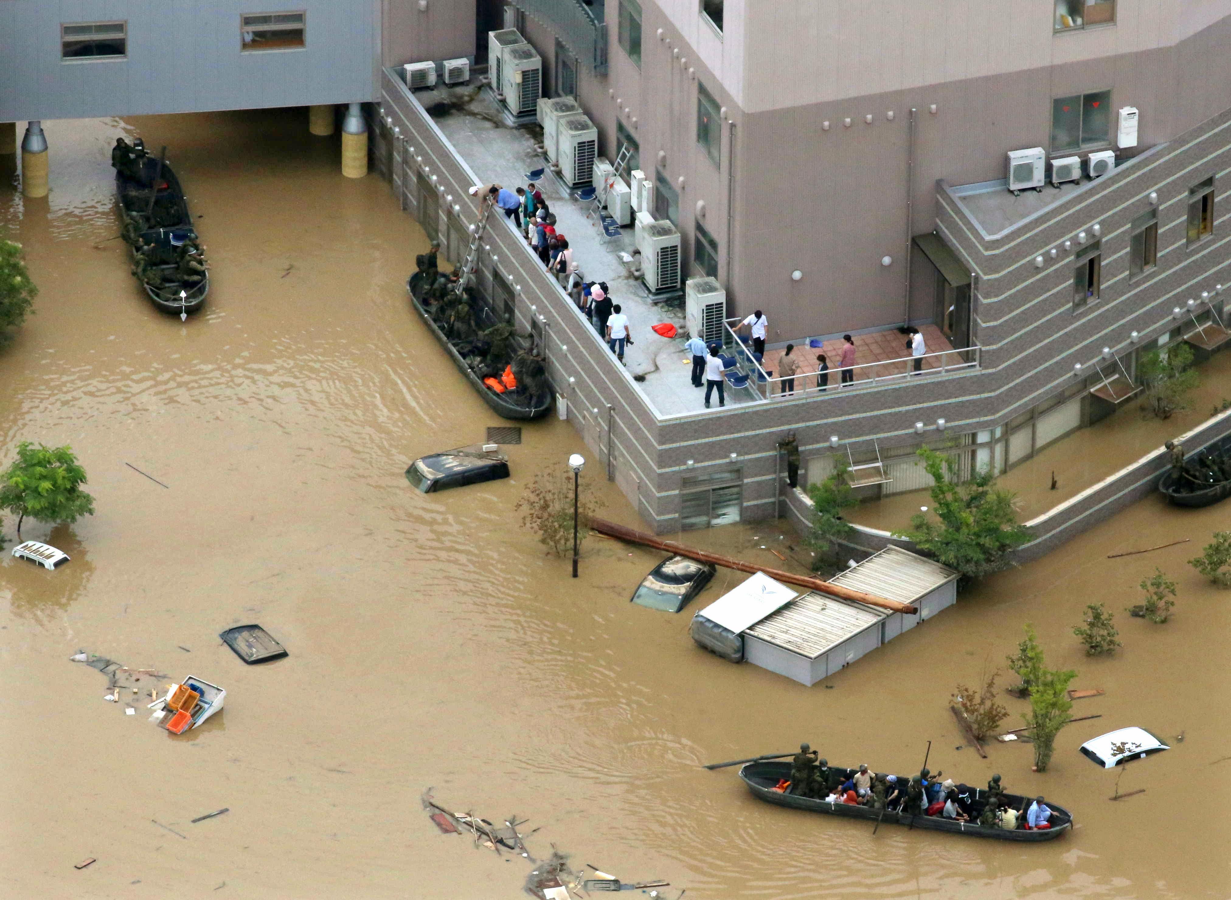 Повече от 100 са загиналите в резултат на бедствието, предизвикано от безпрецедентните дъждове над Япония.