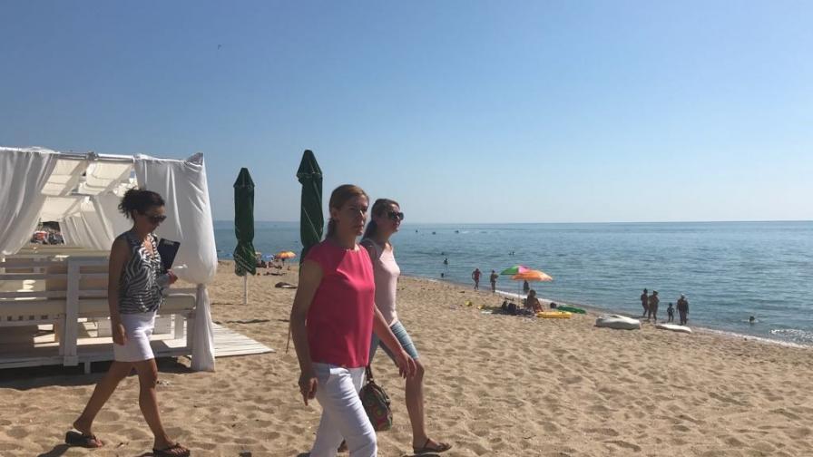 """Министърът на уризма Николина Ангелкова на плажа """"Кабакум"""""""
