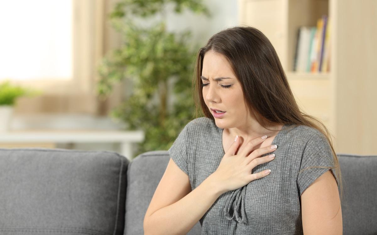 Проблеми с дишането – тревожност<br /> <br /> Проблемите с дишането, паник атака, която ви кара да се борите за въздух, задушаващото чувство, когато сте разтревожени – това са симптоми, които се забелязват при хора, които потискат голяма тъга. Те не искат да плачат и избягва скръбни и сърцераздирателни събития. Тези хора решават да потиснат тъгата си и да се концентрират върху нещо друго. Ограничаването на сълзите обаче е като да задържате дъха си. Когато най-накрая плачете, чувствате едновременно болка и облекчение. Освобождаването на потисканата тъга е като поемане на глътки свеж въздух.