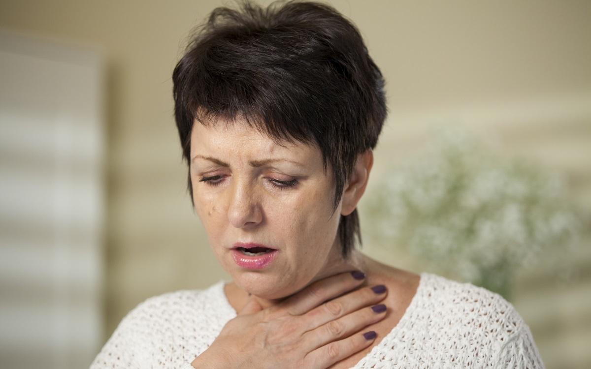 Проблеми с гърлото и гласа – потиснатост<br /> <br /> Потиснатите хора нямат право на глас. Ако сте израснали в потискаща репресивна атмосфера да говорите това, което мислите или да изразявате нуждите си би било опасно. Също така носите в себе си един много тежък вътрешен критик. В резултат на това като възрастен имате склонност да сдържите чувствата си. Когато имате импулс да говорите, прибягвате до детската си тенденция да мълчите и да потискате гласа си. Този сблъсък между импулса да се говори и импулсът за задържане предизвиква много напрежение и често се проявява в проблеми с гърлото и гласа. Воденето на дневник е чудесен начин да изложите вътрешния си критик и да започнете да говорите отново. Също така четенето на поезия на висок глас е начин да имате доверие във вашия собствен глас.