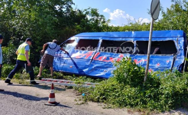 Катастрофа между камион и маршрутка край Велико Търново, един човек загина