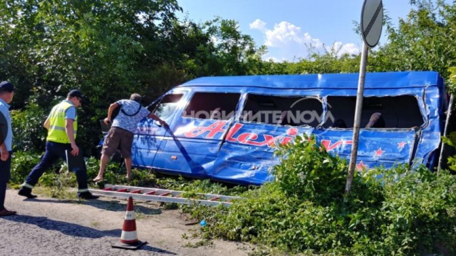 Камион се вряза в маршрутка край Търново, човек загина