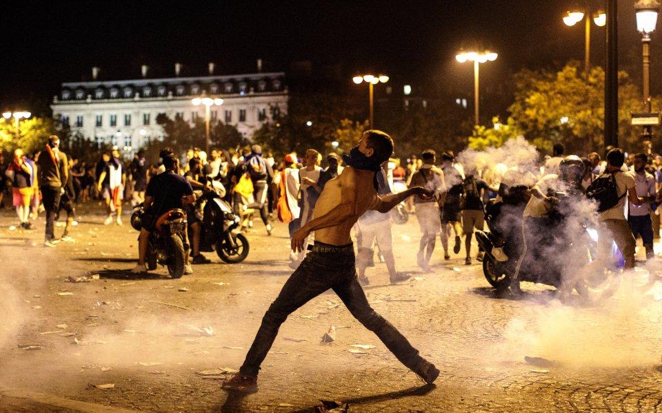 Безредици в Париж след триумфа в Москва