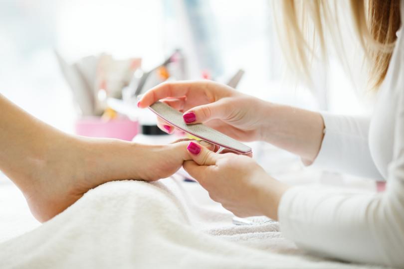 <p><strong>Маникюристката задава въпроси</strong></p>  <p>Преди да започне работа, всеки професионалист в тази област ще ви зададе въпроси &ndash; каква форма на ноктите предпочитате, кожичките да се изрежат или дас е избутат, какъв ще е цвета на ноктите и т.н.</p>