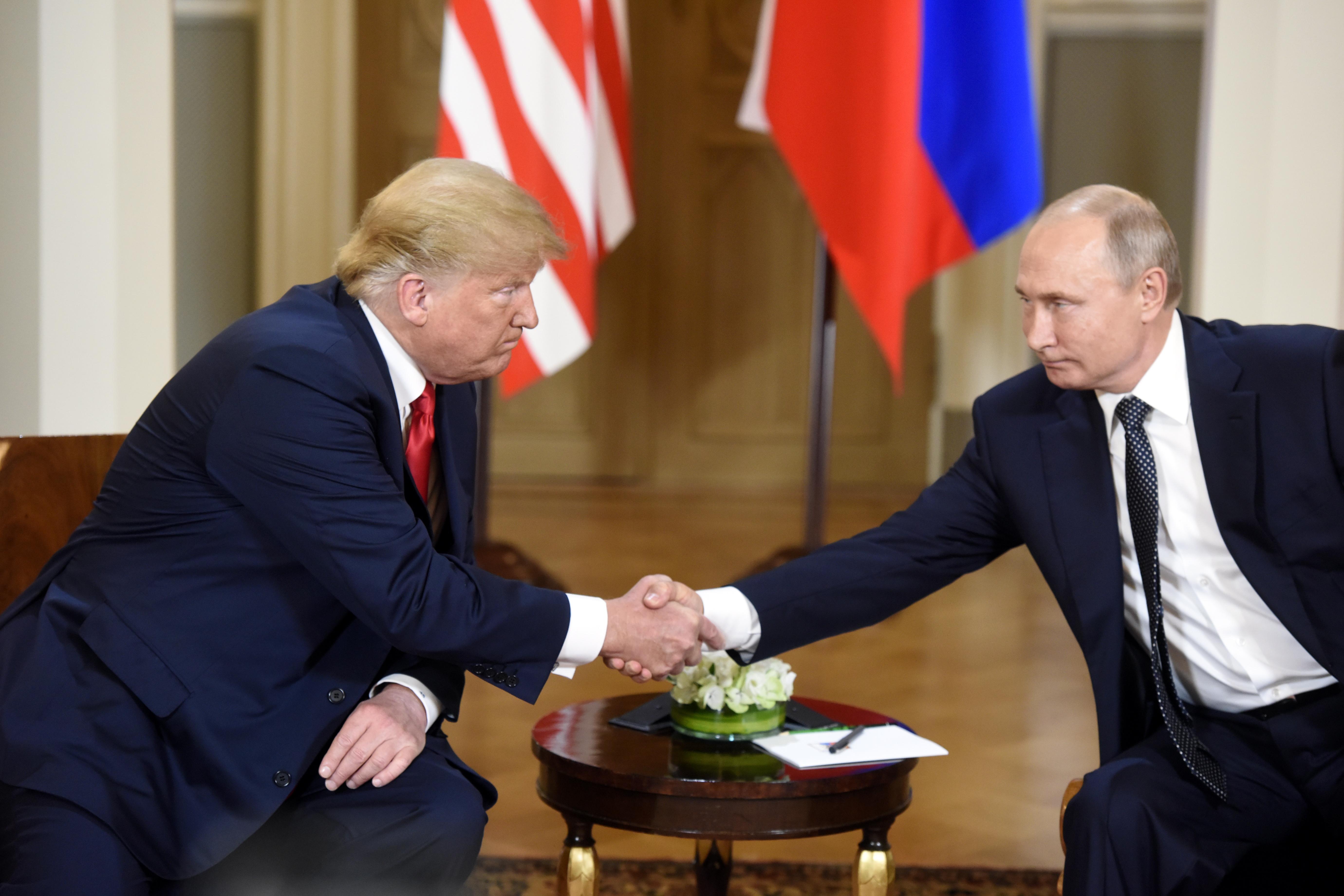 Президентът на САЩ Доналд Тръмп разговаря с руския си колега Владимир Путин в президентският дворец в Хелзинки