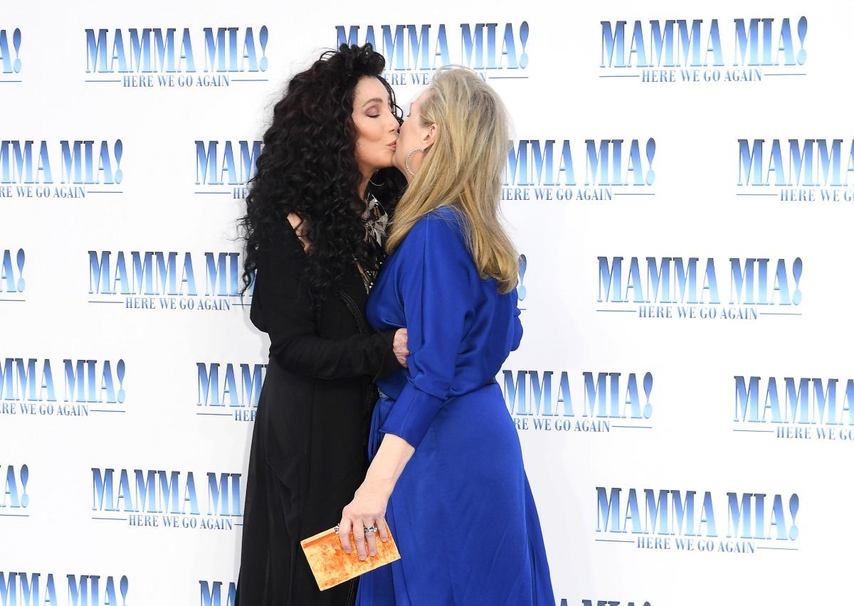 """Двете си партнират във втората част на световноизвестния мюзикъл """"Мама миа"""". Шер изпълнява ролята на майка на Мерил. В реалния живот разликата във възрастта им е само 3 години. Премиерата на """"Мама миа"""" 2 бе в понеделник, в Лондон. На голям екран лентата излиза на 22 юли."""
