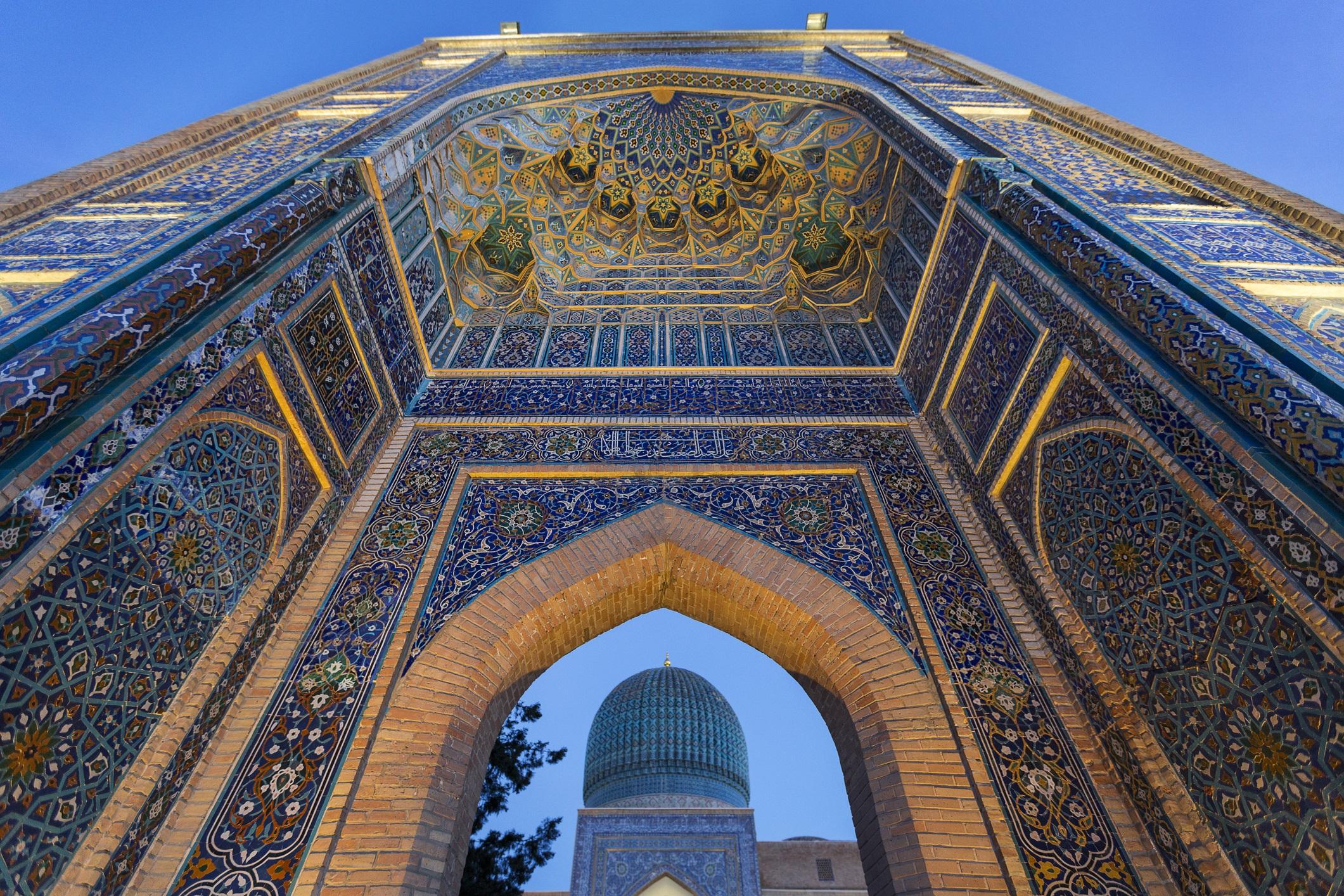 Узбекистан<br /> <br /> Узбекистан отдавна вълнува пътешествениците със своите джамии, облицовани с плочки, и с Пътя на коприната. Страната обаче остава до голяма степен затворена за външния свят заради строгия контрол, последвал ерата на СССР. За щастие се забелязва настъпването на промяната. В края на 2017 г. Узбекистан улесни туризма като направи по-лесно издаването на визи и направи разширения на железопътния си транспорт, което прави достъпа до архитектурните чудеса и древни градове значително по-лесен.
