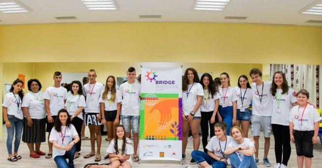 Деца от различни места по светасе събират на първия у
