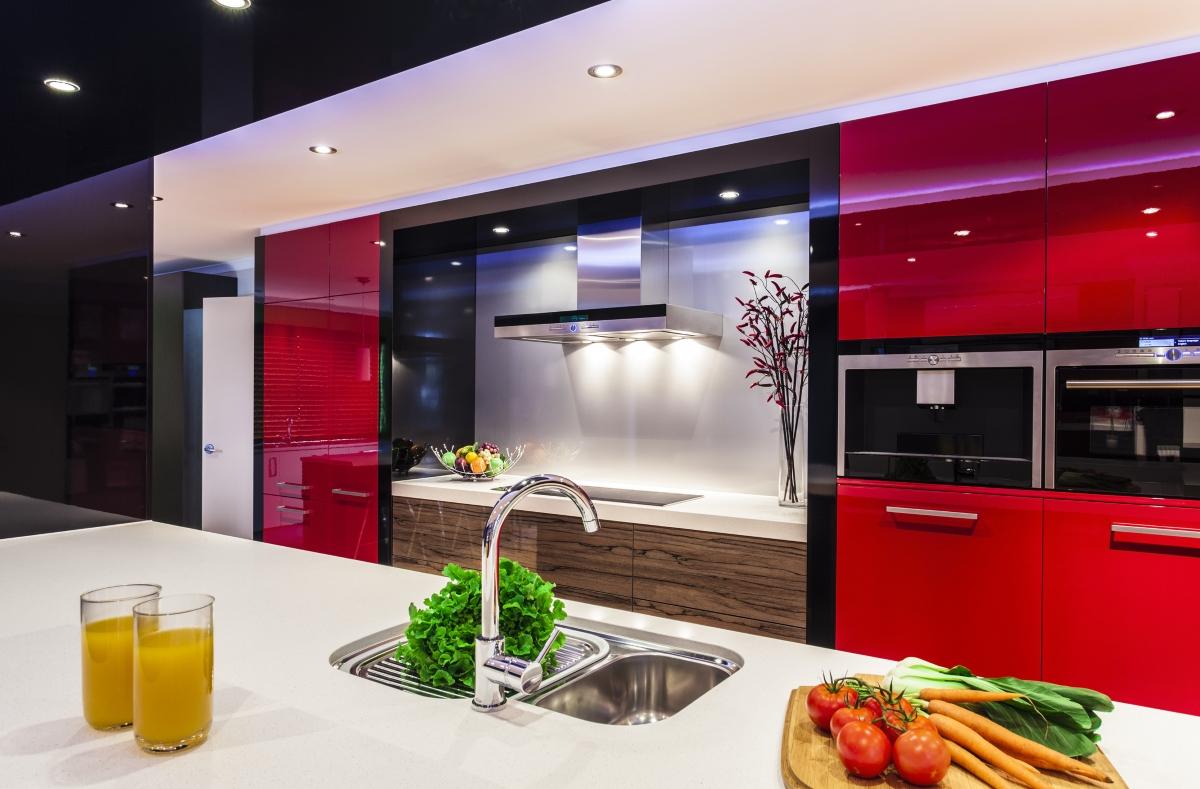 Червеното е страстен цвят, който се препоръчва на двойките, където чувствата вече са поизстинали. Все пак, ако това е цветът за кухнята, сте смели и обичате да експериментирате. В готвенето, а може би и не само.