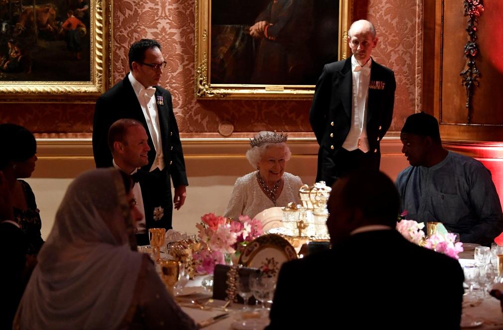 Дарън Макгрейди, бившият главен готвач на британската крациа Елизабет Втора, разказа за забранените храни в Бъкингамския дворец, както и за кулинарните пристрастия на Нейно Величество.