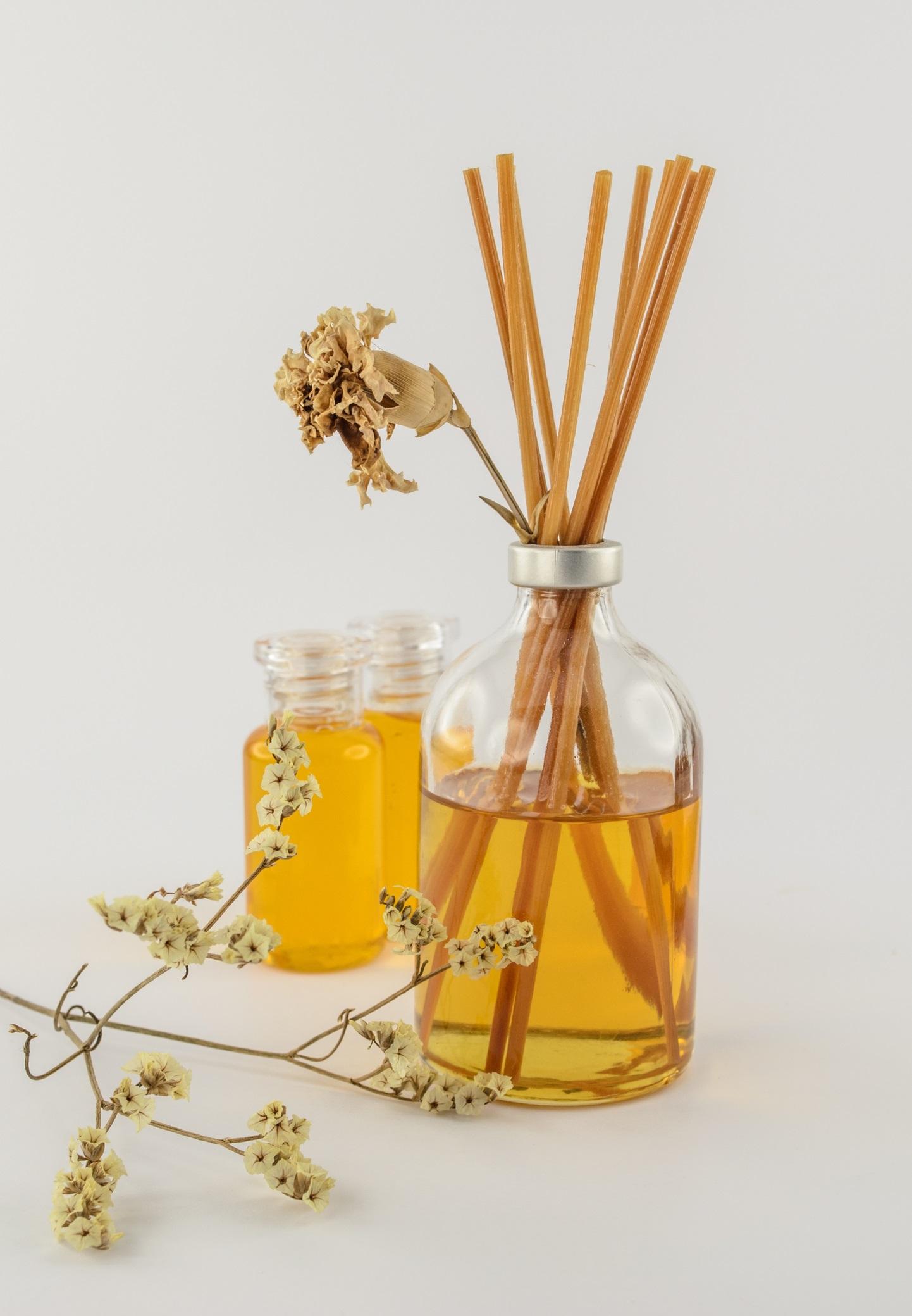 <p>Дифузори<br /> <br /> Ултразвуковите дифузори с етерични масла могат да помогнат в борбата с някои замърсиели на въздуха у дома, ако се използват правилно. Някои ароматерапевти вярват, че етеричните масла могат да помогнат при затрудненията в дишането, причинени от химикали, замърсители и други алергени. Въпреки това, за някои потребители, употребата на етерични масла може да влоши симптомите, причинени от замърсяването на въздуха, тъй като дори 100% естествените етерични масла съдържат някои алергени. Евкалиптиът и ментата все пак могат да помогнат за облекчаване на симптомите при сенна хрема и назална конгестия (бел. ред. запушен нос).</p>