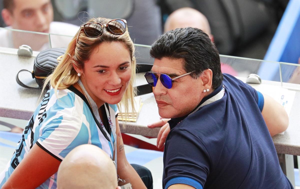 Футболната легенда Диего Марадона се сгоди за 28-годишната си приятелка Росио Олива. Той ѝ е подарил пръстена на рождения ѝ ден, който празнували в Буенос Айрес. Всъщност Марадона предложи на половинката си преди 4 години, но чак сега сложи пръстен на ръката ѝ.