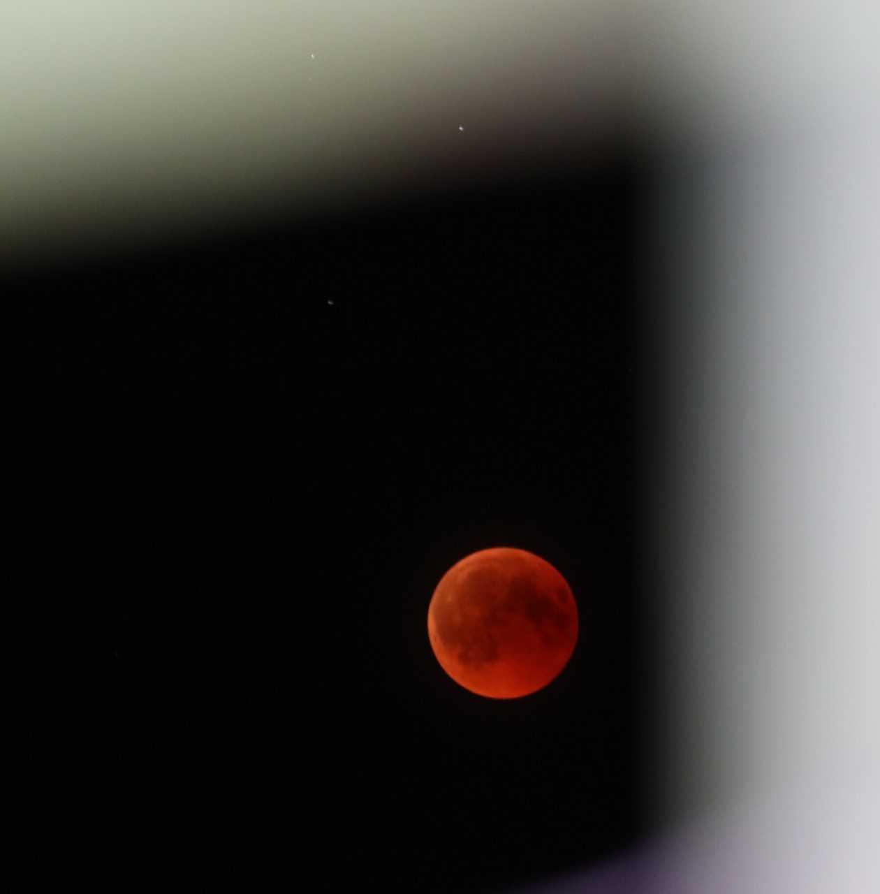 Луната остава винаги видима по време на затъмнения, и се обагря най-често в 1/3 медено, червено или кафяво, защото част от светлината, която влиза в земната атмосфера променя посоката си и осветява Луната.