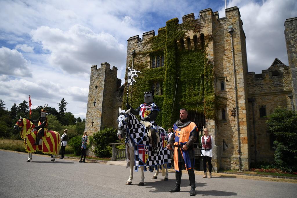 С цветните регалии на рицарите това е сцена от средновековна Англия.
