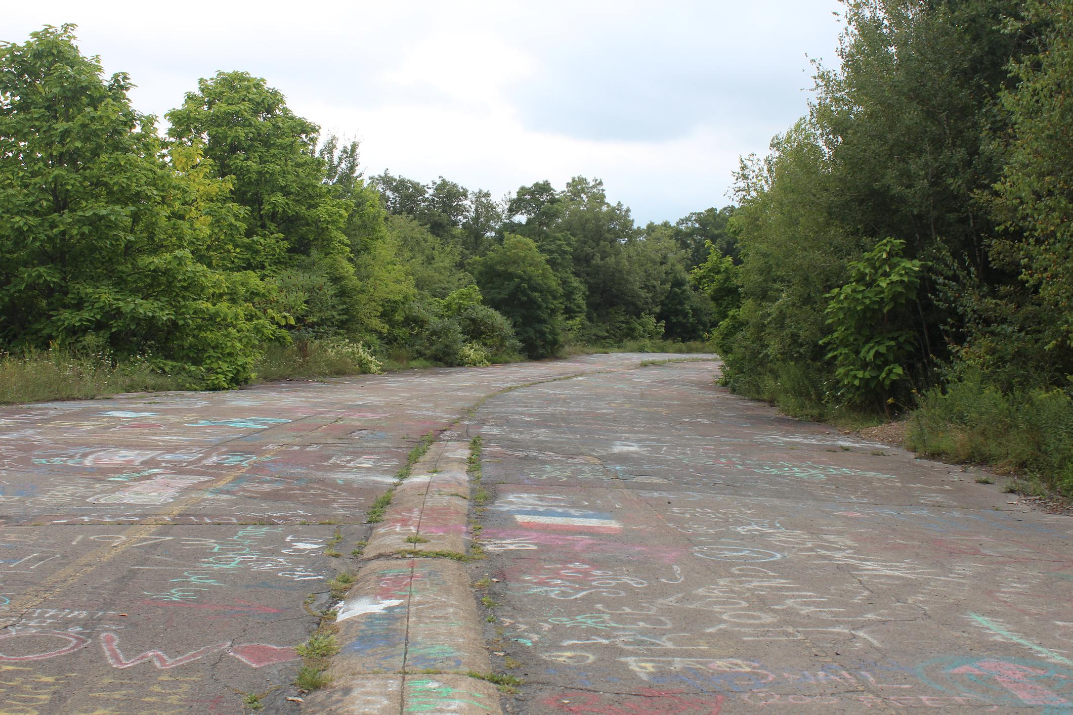 Сентралия, Пенсилвания - население 10 души. Повечето сгради там са изгорели през 1962 г. и на пръв поглед област сега изглежда като една поляна с няколко кръстосващи я улици, които обаче предлагат незабравимо изживяване на ръба на опасността.