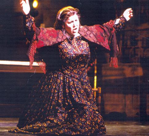 """Карпатова завършва първо консерваторията в Сейнт Луис, Мисури, а после и престижния оперен център към """"Джулиард Скул"""" в Ню Йорк."""