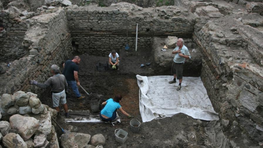 """Злато и антична гробница открити на пл. """"Св.Неделя"""""""