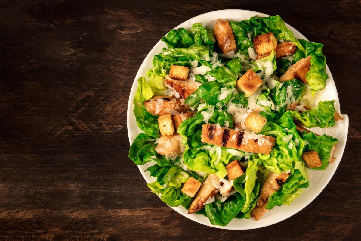 Кротони. Често ги добавяме към салатата, но те не добавят полезните съставки към менюто, към които се стремим. За да добавим количеството полезни мазнини и протеини е по-добре да добавим ядки.