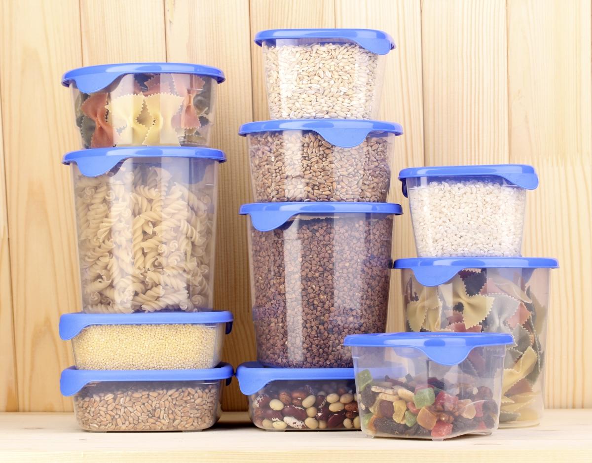Пластмасовите кутии за подправки и храна. Трендът е да се използват предмети от материали като стъкло. Не само, защото изглежда по-добре, а и защото са по-полезни за природата.