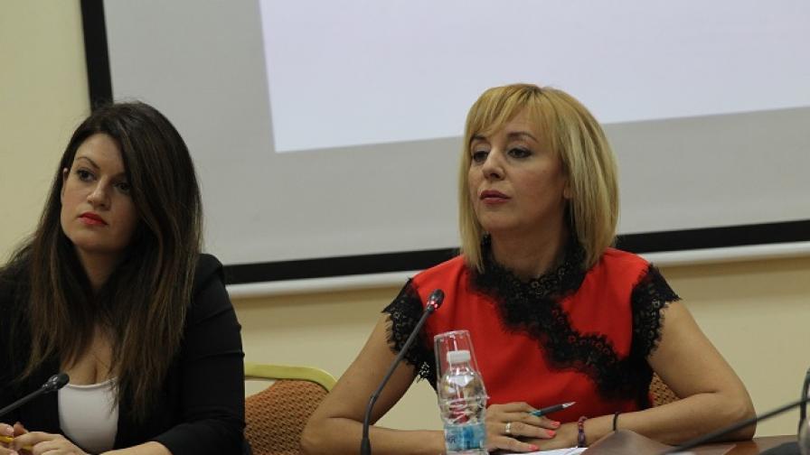 """Манолова пред журналисти: """"Ситуацията е скандална"""""""