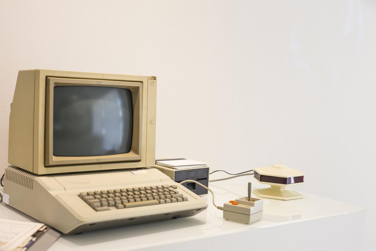 """""""Няма причина, за който и да е индивид, да има компютър в дома си"""".<br /> <br /> Кен Олсън, президент, председател и основател на Digital Equipment Corporation.<br /> <br /> 1977 г."""