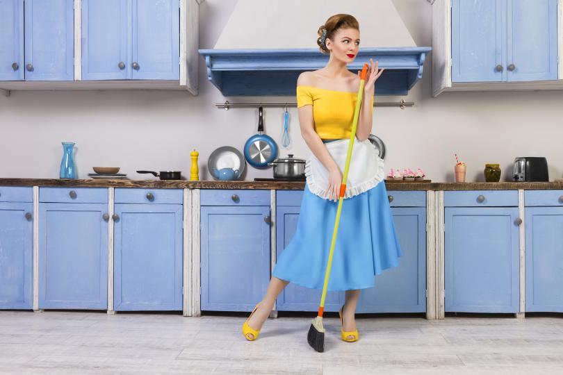 <p><strong>Направете пролетно почистване в дома си</strong></p>  <p>Различни проучвания показват, че когато човек разчиства различни помещения или места за съхранения в дома си,&nbsp;успява да пречисти и освободи ума си.</p>  <p>Приберете зимните дрехи, изхвърлете онези, които не сте обличали през последната година. Прочистете козметичния си рафт от всички ненужни кремове, които съхранявате, но не използвате. Със сигурност след като направите тези промени в дома си ще почувствате и тялото и ума си много по-свободни и готови за новия сезон.</p>