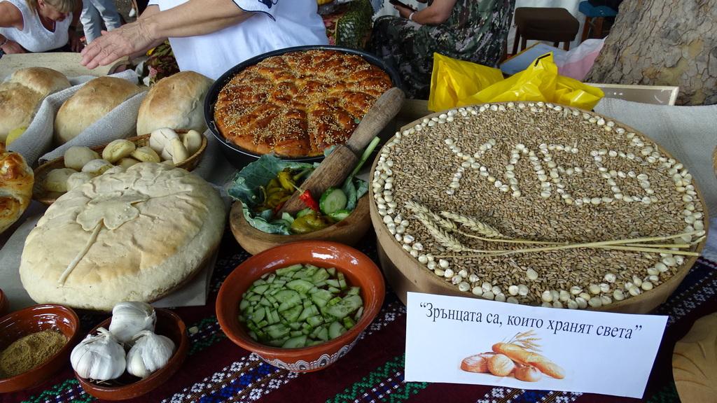 """Десетки богородични и обредни хлябове бяха изложени в град Кюстендил на Голяма Богородица. Днес в града под """"Хисарлъка"""" се чества традиционният празник """"Панагия-Въздигане на хляба""""."""