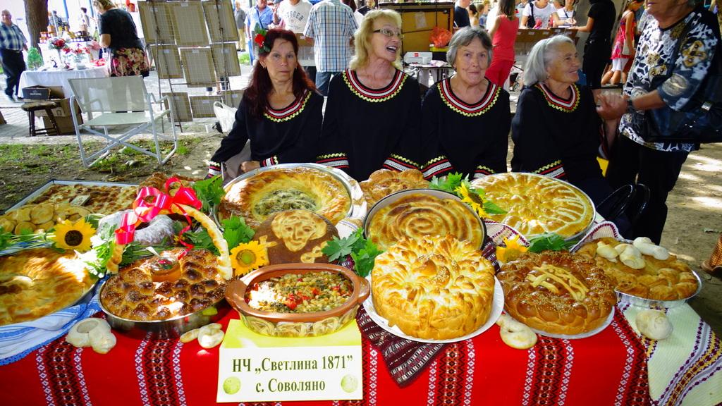 Днес по традиция жените в Кюстендил месят хляб с молитва за добруване, украсяват ги с пластики от самото тесто, изразяващи най-значимите идеи от бита и ги занасят в храма с благодарност към Богородица.