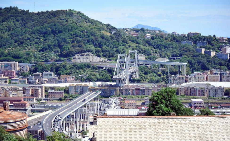 """- Около 13.00 часа българско време се срути мостът """"Моранди"""", който е част от автомагистрала А10. При срутването му са пострадали десетки коли. Под..."""