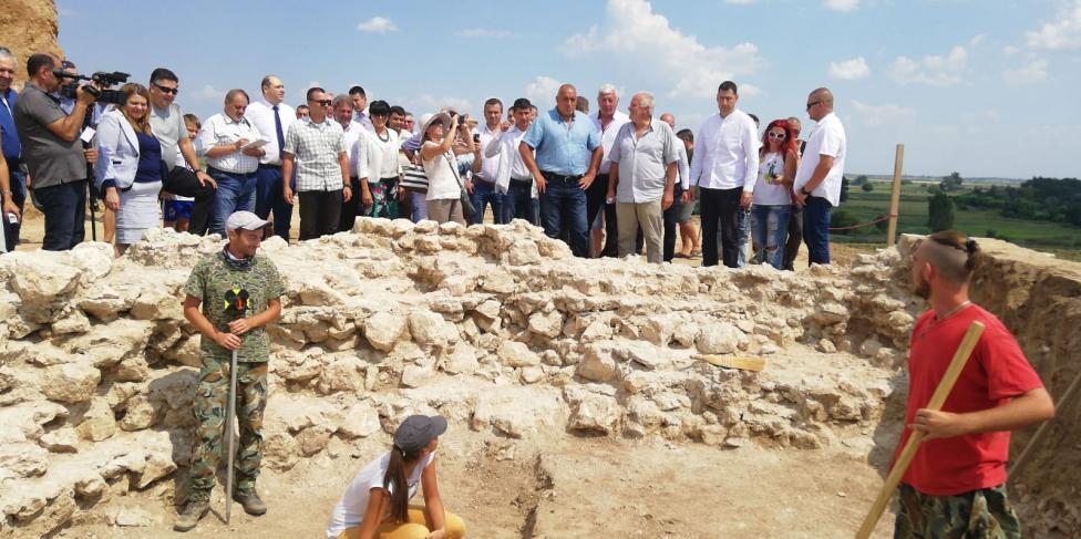 - До септември 2019 г. се очаква да бъде разкрита цялата гробница Малтепе в землището на село Маноле край Пловдив, която бе открита през юли, но отсега...