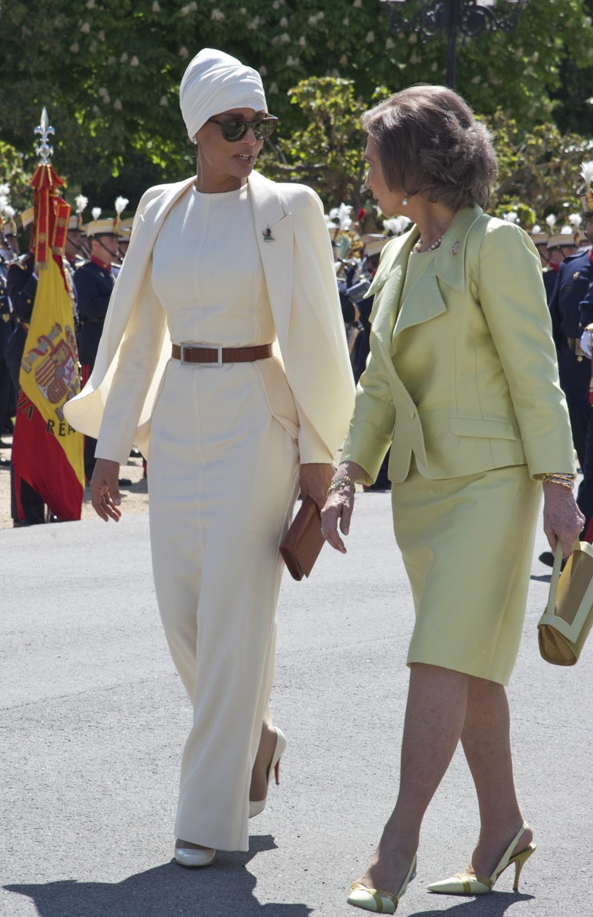 Тя се различава по много неща от останалите жени в страната ѝ - Катар. Облича панталони и рокли, подчертаващи формите ѝ, носи само тюрбан, има американско образование, а нейната дума се чува както в дома ѝ, така и във власта. Името ѝ е Моза бин Насер ал Миснед, втората съпруга на бившия емир на Катар шейх Хамад бин Калифа ал Тани (1995-2013 г.). На 18 г. шейха Моза загърбва плановете за брак с бъдещия емир, за да завърши образованието си по психология, а след това заминава да учи в Щатите. Връщайки се оттам, Моза е готова да се отдаде на семейството.