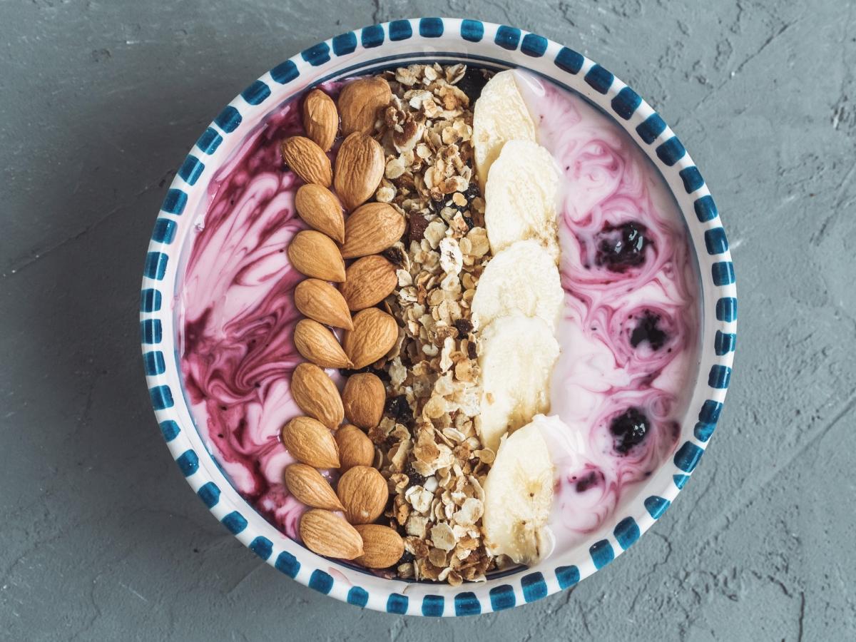 """Закуската е ната наречената """"Power Bowl"""". Това е комбинация от йогурт, мюсли, ядки и плодове."""
