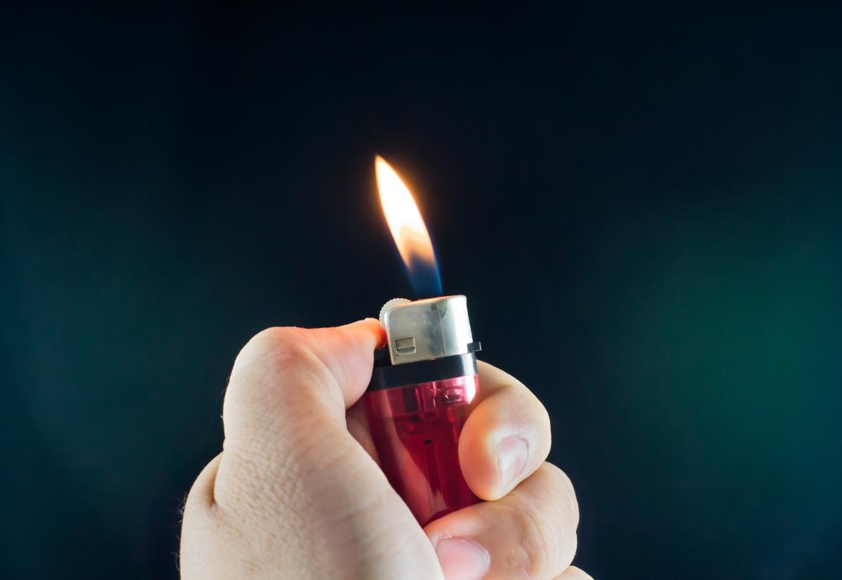 В Китай например е забранено да внасяте запалки. Така че пушачите, които кацат в страната, се налага да си купят този предмет на място.
