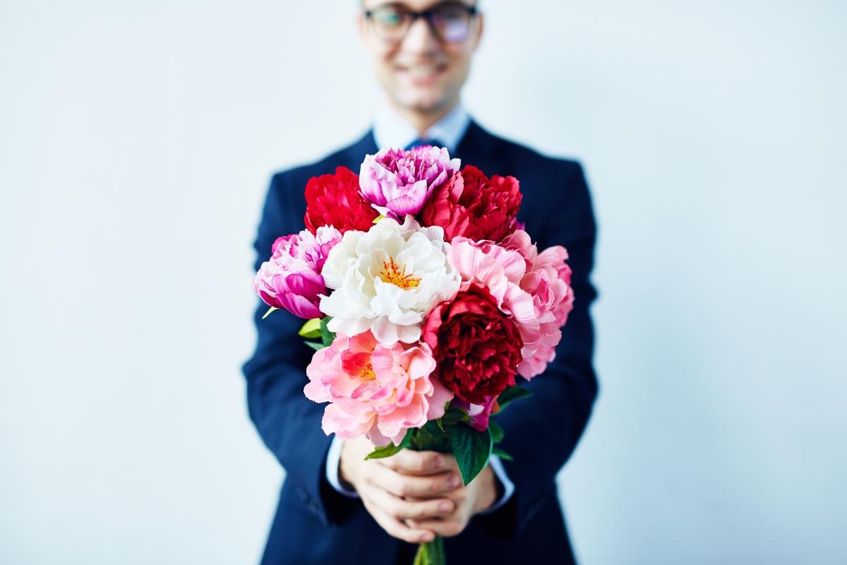 """Щедрият. Той ще се появи с букет цветя, ще ви заведе в скъп ресторант, ще ви каже да избирате без да гледате цените в менюто... Да, ще се опита да ви впечатли с това, че за него материалното не е проблем. Само че """"жестовете"""" на този тип мъже винаги излизат през носа."""