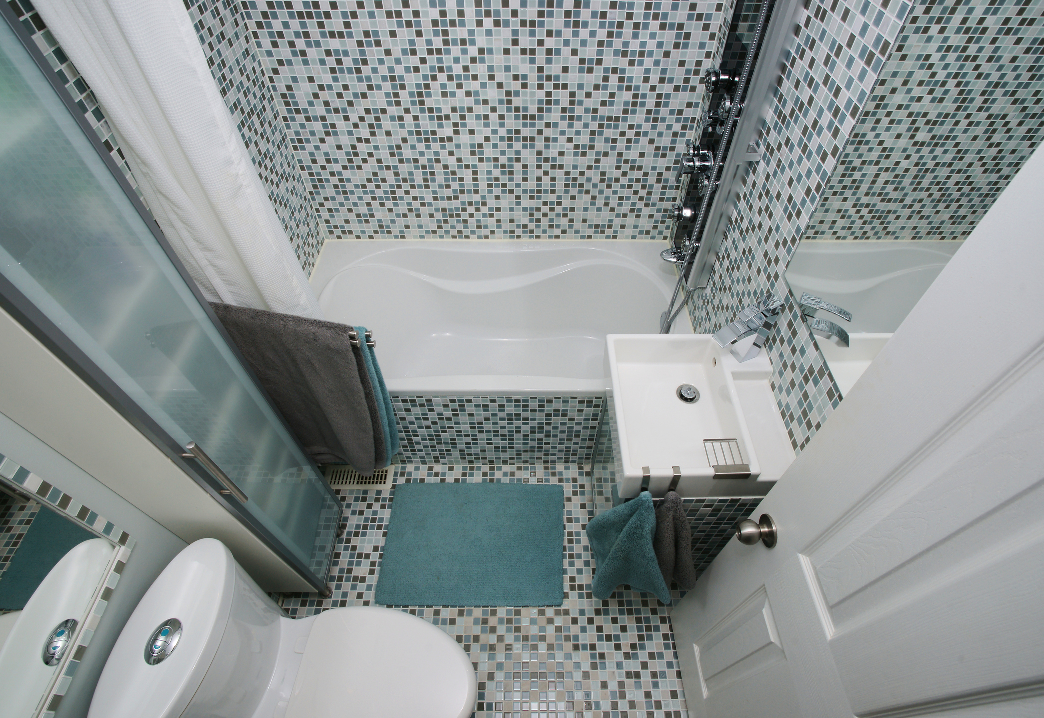 Вана - замислете се колко пъти в седмицата имате възможността да се насладите на една дълга, ароматна вана. Да...едва ли са повече от два пъти, а през останалото време тя изисква постоянна поддръжка. Освен това ваната заема доста място и прави банята да изглежда още по-тясна. Според специалистите един душ с остъклена кабина е по-доброто решение за малките бани.