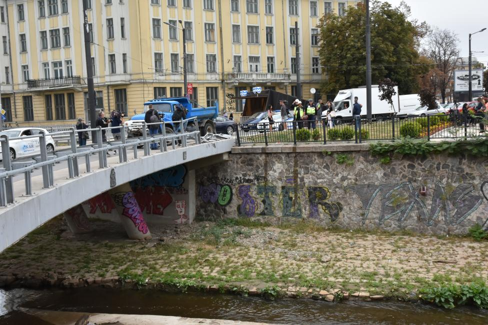 """- Тежкотоварният автомобил е катастрофирал и е надвиснал над река """"Владайска"""""""