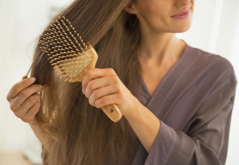 <p>Не решете косата, докато е мокра. Тогава тя е по-еластична и дори и да не усещате, всъщност я късате.</p>