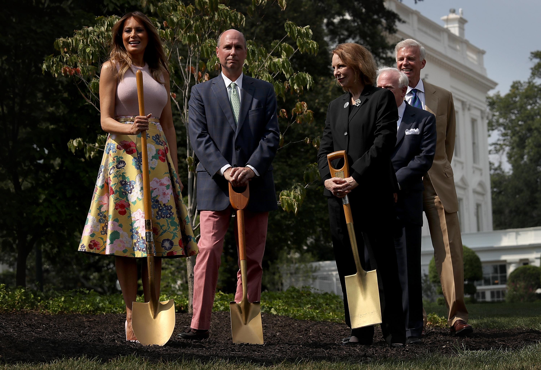Първата дама на САЩ винаги е давана като добър пример за модерна и елегантна жена, която умело съчетава цветове и стилове. Съпругата на Доналд Тръмп не за първи път влиза в полезрението на модните критици със своите смели комбинации. Този път с една пола и нейната цена. Доналд и Мелания Тръмп посрещнаха в Белия дом президента на Кения Ухуру Кенята и неговата съпруга. Първата дама на САЩ бе заложила на любимия си тип поли с висока талия и във флорални мотиви. Прави впечатление, че през лято 2018 г. Мелания доста често залага на подобен тип поли и рокли, когато посреща важни гости в Белия дом. Полата на Мелания е на марката Valentino, чиято цена е близо 4 хил. долара, като в момента тя е намалена на 1185 долара.