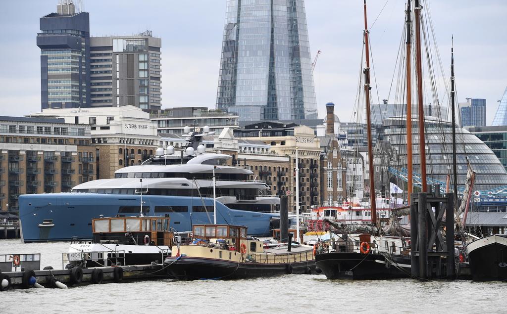 Собственици на скъпи жилища в Лондон бяха възмутени, когато милиардера Джо Луис акостира със своята 98-метрова яхта пред прозорците им в района на Тауър Бридж, като по този начин затвори панорамата
