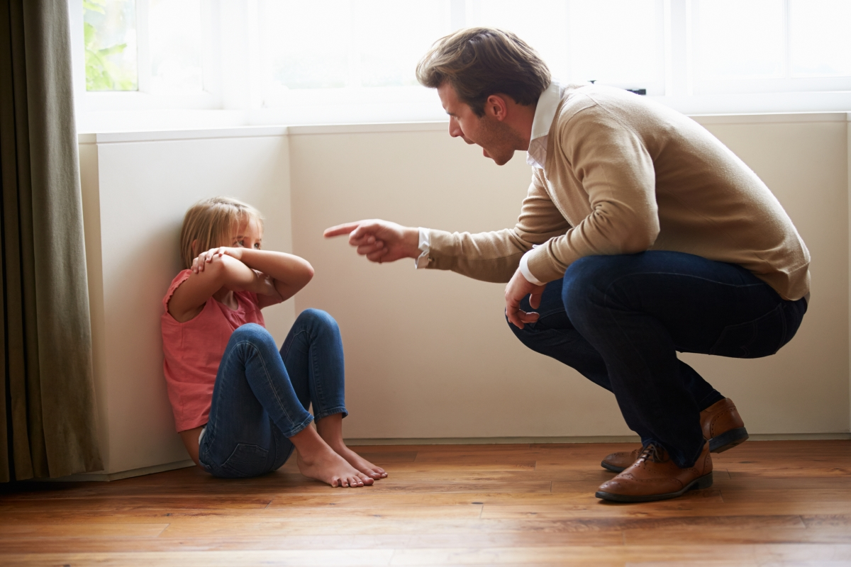 Каръл решава да се раздели със съпруга си след семейна вечеря, която започнала перфектно. Дъщеричката, която била на две години обаче успяла да се измъкне от бебешкия стол и паднала на земята. Логично, детето се разплакало. Бащата обаче започнал да крещи и да се кара, вместо да го успокои. Така съпругата взима решението да се разделят.