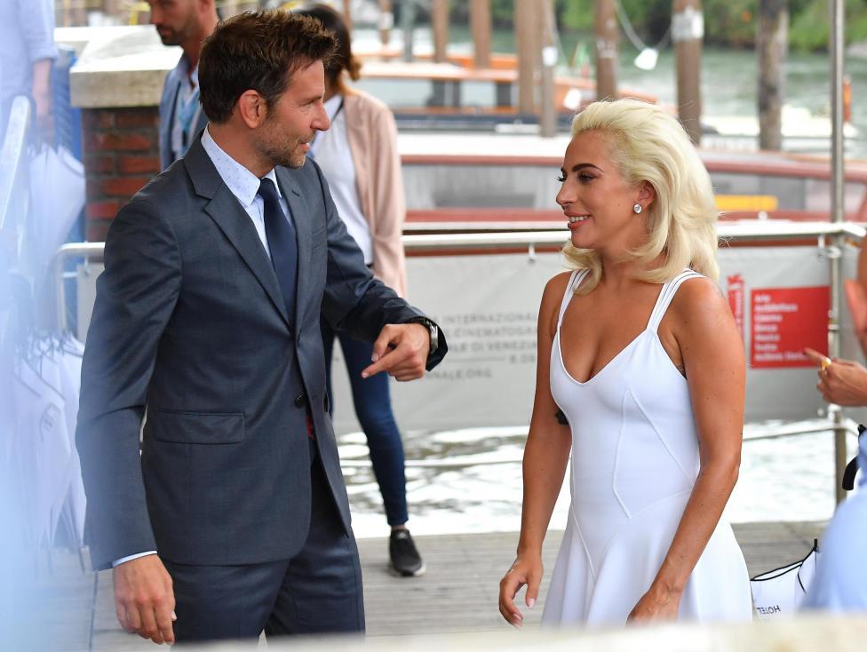 """- Извън конкурсната програма на венецианската Мостра днес се представя филмът """"Роди се звезда"""". Това е световна премиера на продукцията, която е..."""