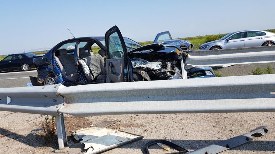 "Кола се качи на мантинелата на ""Тракия"", четирима пострадали, две верижни катастрофи"
