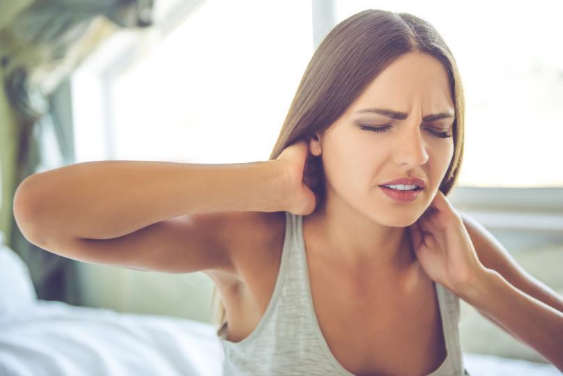 <p>1. Врат и рамене - стресът води до появата на напрежение в областта на врата и раменете. Когато сме стресирани, ние инстинктивно повдигаме рамене и стягаме стойката си, което обтяга и мускулите на врата и раменете, което в крайна сметка води до болки в областта.</p>