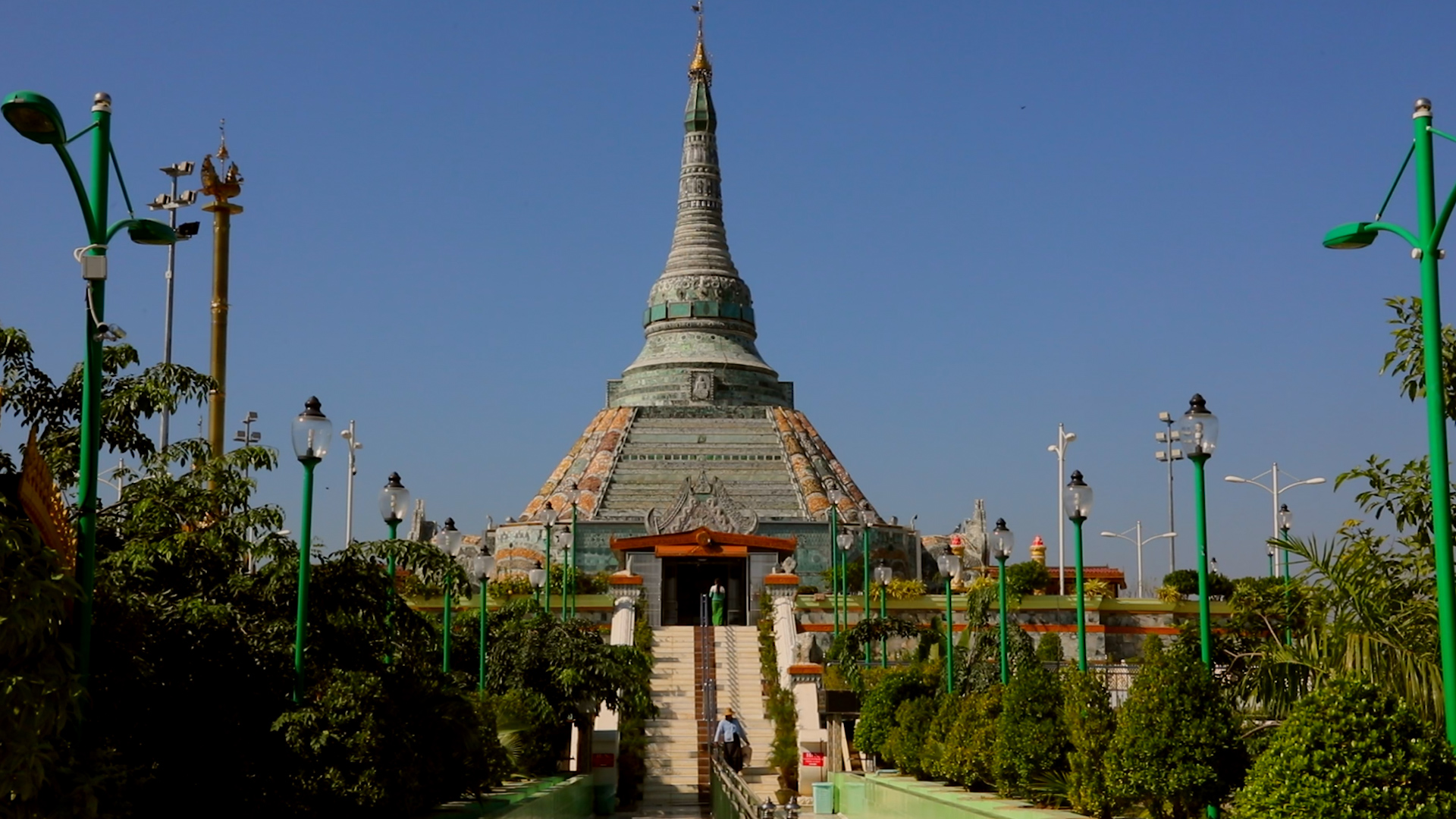 Смята се, че в най-свещената будистка пагода в Мианмар се пазят мощите на четирите предишни буди на настоящата калпа. Тези реликви включват тоягата на Какусанда, водният филтър на Конягамана, парче от робата на Кассапа и осем нишки коса от главата на Гаутама.